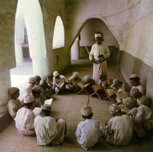 Muszlim tanár és diákjai [Forrás: Robinson, Francis (1996): Az iszlám világ atlasza. Helikon - Magyar Könyvklub, Budapest, 180-181. o.]