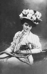 Medgyaszay Vilma – színésznő, színházigazgató. Sanzonénekesnőként tűnt fel a magyar kabaré hőskorában, 1913–1915 között a Modern Színpad vezetője volt.