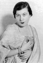 """Vidor Ferike – színésznő. 1909-től budapesti kabarékban lépett fel """"cselédnótáival"""". 1910-es évek."""