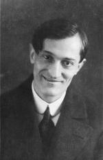 Kőváry Gyula – színész, író, rendező. Groteszk jeleneteivel, fanyar humorú konferanszaival vált népszerűvé. 1910-es évek.