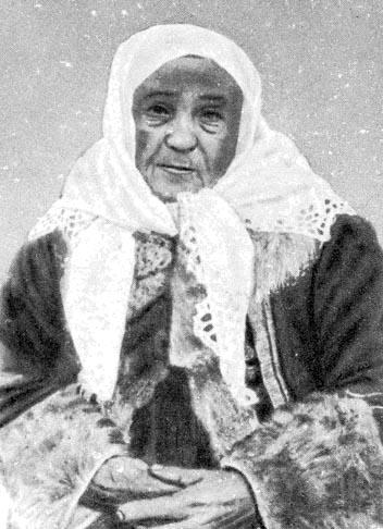 e1456cfc81 Alsó képek: Asszony áll alatt megkötött kendőben (Hugyag, Nógrád m., 1910)  – Idős asszony áll alatt megkötött fehér ...