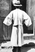 Legény lobogós ujjú ingben és gatyában, szalmakalappal (Körösfő, v. Kolozs m.)