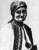 Idős asszony ünnepi öltözetben (Körösfő, v. Kolozs m.)