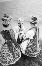 Menyecskék ünneplőben (Kazár, Nógrád m., 20. sz. közepe)