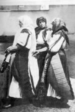 Új menyecske és idősebb asszonyok ünneplőben (Magyargyerőmonostor, v. Kolozs m., 1940-es évek)