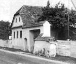 Utcarészlet fedeles kőkapuval és 19. sz. közepén épült lakóházzal (Sóvárad, v. Maros-Torda m., 1969)