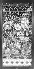 Rippl-Rónai József tervezte üvegfestmény, a Japán Kávéház telefonfülkéjének ablaka. Kivitelezte Róth Miksa (Bp., 1904k.)