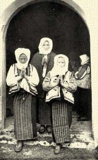 Magyar (moldvai csángó) asszonyok a pünkösdi búcsún. Csiksomlyó, Csik m.